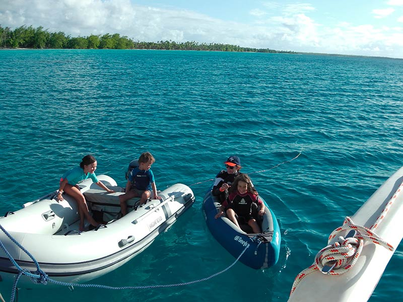 Croisiere-catamaran-tahiti-surfing-fun